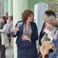 """Директор ПУ """"11. април"""", г-ђа Маја Стефановић са посетиоцима изложбе"""